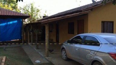 Polícia investiga morte de prefeito de Matrinchã, GO - Ele e a mulher foram encontrados com os pescoços cortados na chácara onde viviam.