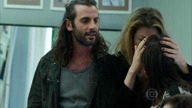 Capítulo de 04/08/2015 - Roy e Divanilda disputam o dinheiro de Larissa
