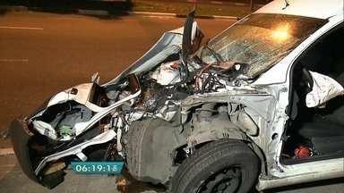 Carreta com diesel e carro se envolvem em acidente em rua da Zona Sul - Ninguém ficou ferido no acidente que aconteceu na Rua Miguel Yunes. A frente do carro ficou toda amassada. A carreta ficou inteira e não houve vazamento de combustível.