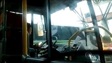 Motorista é flagrado usando celular ao volante no Rio - As imagens foram enviadas pelo telespectador José Augusto. Foi no ônibus 483 (Copacabana-Penha), do consórcio Internorte. Ele chega a largar o volante para trocar o aparelho de mão.