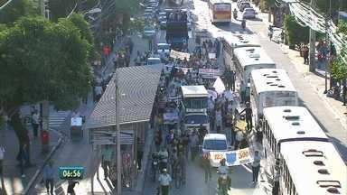 Na tarde de terça (4), rodoviários fizeram protesto no Centro do Recife - Manifestação é contra redução do percentual de aumento salarial que havia sido concedido à categoria.