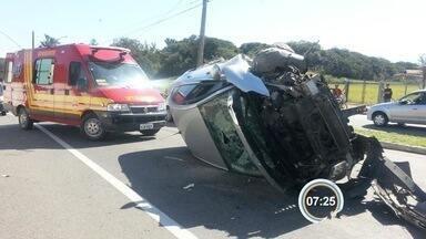 Carro capota após bater em poste no Parque das Nações em Pinda, SP - Motorista foi encaminhada para o pronto-socorro com ferimentos leves.