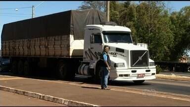 PRF faz operação para fiscalizar tacógrafos de caminhões na BR-060, em Goiás - Equipamento precisa ser verificado pelo Inmetro a cada dois anos.