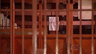 Jovem é preso vendendo drogas em frente de escola na capital - O homem, de 18 anos, foi encontrado com 40 gramas de pasta base de cocaína na Vila Nha-nhá