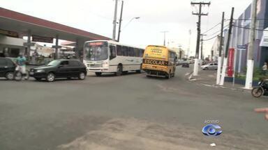 Congestionamento no trânsito causa transtornos na Avenida Leste-Oeste, em Maceió - Condutores que seguem dos bairro da Cambona e do Farol encontram um congestionamento intenso na região.