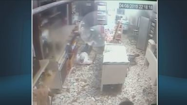 Assaltantes roubam pastelaria e fazem reféns em Socorro, SP - Dois homens armados e encapuzados entraram no local quando estava próximo de fechar. Eles renderam os funcionários e levaram aproximadamente R$ 1 mil. Ninguém foi preso.