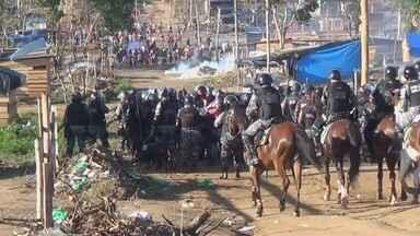 Polícia faz operação para retirar famílias de área invadida no AM - Houve tumulto no local; PM disse ter utilizado bombas de efeito moral. Cerca de 600 famílias ocupavam área de forma irregular