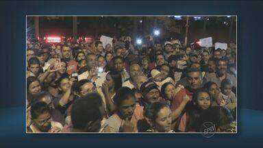 Cerca de 1,5 mil pessoas protestam em frente a Câmara Municipal de Paulínia, SP - Os integrantes de um movimento social queriam reivindicar a construção de casas populares. A polícia esteve no local mas não houve confusão.