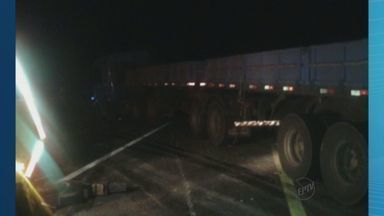 Caminhão carregado com cimento tomba em rodovia de Franca, SP - Segundo a Polícia Rodoviária, caminhoneiro saiu de Minas Gerais e perdeu o controle da direção.