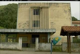 Prédio de antiga policlinica em Nova Friburgo, RJ, está abandonado e é alvo de vandalismo - Moradores do local afirmam que o local oferece riscos.