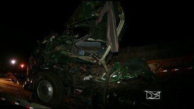 Acidente entre ônibus e carreta deixa 2 pessoas mortas; um dos veículos ia para Santa Inês - Acidente aconteceu na BR-153, próximo ao município de Uruaçu, no estado de Goiás. Um dos ônibus transportava passageiros com destino a Santa Inês.