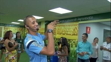 Vitor Hugo leva família para conhecer arena do Palmeiras e vira guia do passeio - Zagueiro mostra aos familiares o vestiário da equipe e canta o hino do clube