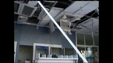 Criminosos explodem caixas em agência de São Miguel Arcanjo - Caixas eletrônicos de uma agência bancária da Caixa Econômica Federal foram explodidos em São Miguel Arcanjo (SP). O ataque aconteceu na madrugada desta quarta-feira (5), na zona central do município. Pelo menos três aparelhos ficaram danificados. Ninguém foi preso.