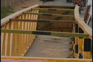 Há cinco anos, moradores de Salgueiro esperam conclusão da obra de uma passarela - Enquanto a obra não fica pronta, os moradores têm que dividir espaço com os carros.