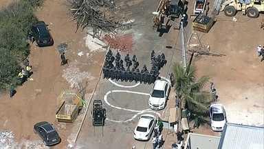 Batalhão de Choque reforça operação de derrubada em Vicente Pires - Os moradores fizeram uma barreira com carros para tentar impedir as demolições das construções irregulares.