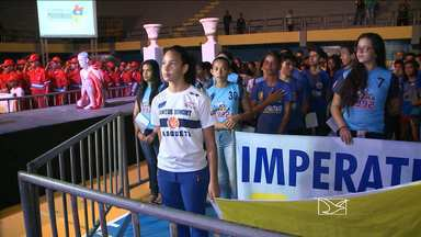 Estudantes participam da cerimônia de abertura da fase final dos JEMs - Etapa definirá os campeões dos Jogos Escolares de 2015