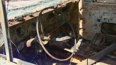 Canaviais se tornam esconderijo para desmanche de carros em Passos (MG) - Canaviais se tornam esconderijo para desmanche de carros em Passos (MG)