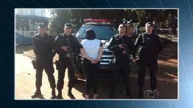 Mulher é presa em flagrante com drogas em terminal de Goiânia - Segundo a polícia, jovem estava com cinco quilos de maconha e aguardava outra pessoa para passar o entorpecente.