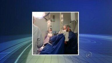 Santa Casa de Araçatuba realiza 5ª captação de órgãos na cidade - A Santa Casa de Araçatuba (SP) realizou nesta manhã de quarta-feira (5), a 5ª captação de órgãos deste ano. O material foi retirado de uma adolescente, de 16 anos, que teve morte cerebral confirmada na terça-feira (4). Ela estava internada no local desde o dia 31 de julho.