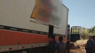 Polícia encontra caminhão roubado que transportava 1,3 mil celulares em Ituverava - O caminhão foi abandonado em um canavial ao lado da Rodovia Anhanguera.