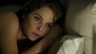 Carolina desconfia da preocupação de Alex com Angel - Milionário fica incomodado com a presença de Guilherme