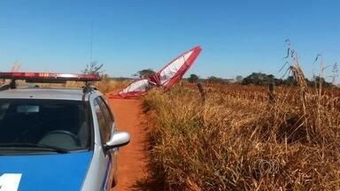 Idoso morre em queda de ultraleve durante priemeiro vôo sozinho em Goiás - Aeronave caiu logo depois de decolar do aeroporto de Piracanjuba. Testemunhas disseram que ventava muito no local no momento do acidente.