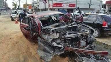 Carro bate em poste em avenida de Vitória e motor pega fogo - Motorista sofreu apenas um ferimento no braço. Caso ocorreu na manhã deste domingo (9), na Avenida Fernando Ferrari.
