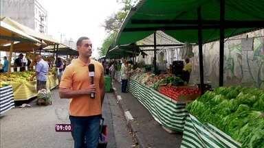 Fabricio Battaglini vai à feira e se impressiona com o preço dos alimentos - Repórter compara gastos com reportagem feita em 2013 para o programa