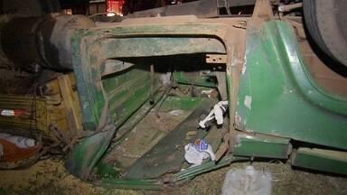 Caminhão tomba em acostamento a BR-163 em MS - O acidente aconteceu na noite deste domingo (9) na saída de Campo Grande. Motorista teve ferimentos leves