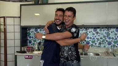 Julio Rocha cozinha risoto para MC Leozinho e cantor prepara picanha para ator - Dupla confessa que adora cozinhar