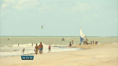 Temporada de ventos no Cumbuco é favorável para prática do Kitesurf - Mês de agosto a praia é invadida por amantes do esporte.