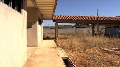 População reclama da falta de creches, em Aparecida de Goiânia - Prédios que atenderiam centenas de crianças estão abandonados.