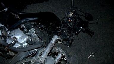 Motociclista na contramão provoca acidente em Rio Preto - Um motociclista ficou gravemente ferido depois de se envolver em um acidente na alça de acesso da rodovia Assis Chateubriand, em Rio Preto. O motociclista entrou na contramão quando foi atingido por um veículo. A frente do veículo e o para-brisa ficaram destruídos. O motociclista está internado no Hospital de Base.