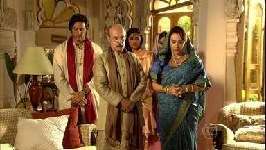Manu purifica sua casa após descobrir que Bahuan é um dalit - Maya chora diante da atitude do pai