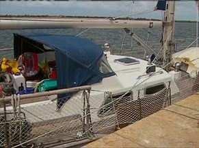 Cães farejadores acham mais 71 kg de cocaína em veleiro holandês - Droga estava dentro do tanque de combustível e do compartimento d'água. Barco apreendido após passar em Noronha foi trazido ao Recife pela PF.
