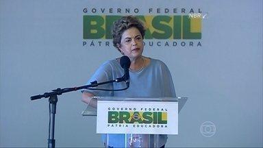 Dilma se reúne com senadores em busca de saídas para a crise política - Em Brasília, 43 senadores e 21 ministros estiveram em jantar com Dilma Rousseff. Reunião é tentativa de buscar soluções e evitar aprovação de pautas-bomba.