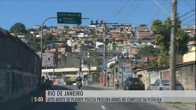 Operação da polícia do RJ faz pente-fino no Complexo da Pedreira - Objetivo é encontrar armas que pertenciam ao grupo do traficante Playboy.