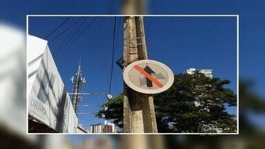 Motorista registra placa confusa em Goiás - Flagra foi feito no Setor Bueno, em Goiânia. A Secretaria Municipal de Trânsito (SMT) afirmou que vai trocar a placa.