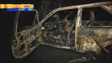 Ladrões colocam fogo em veículo para roubar carro forte em Nova Petrópolis, RS - Os criminosos tentaram fazer uma barreira para roubar o carro forte.