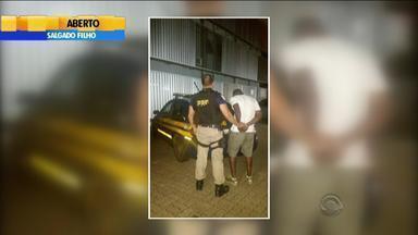 Motorista é preso após ser flagrado dirigindo carro roubado a 180 km/h - O caso ocorreu na BR-116, em Canoas, na Região Metropolitana.
