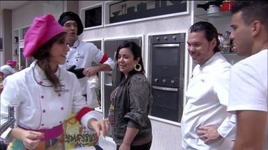 Super Chef Celebridades: jurados passam na cozinha para ver pratos dos participantes - Eles explicam os pratos que estão cozinhando