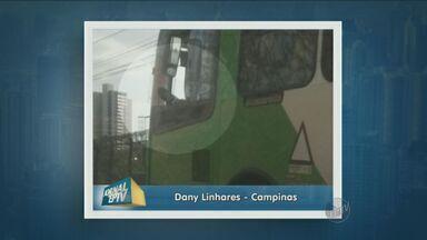 Motorista de ônibus é flagrado com os pés para fora da janela - Flagrante foi feito no último domingo (9) por uma telespectadora na Avenida Mackenzie, em Campinas. Segundo ela, o motorista dirigia a 60km/h.