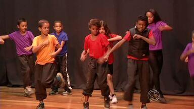 Projeto Criarte está sendo apresentado para alunos de escolas públicas de Resende, RJ - Apresentações de dança, música, capoeira e artesanato são apresentadas no Espaço Z, no Centro.