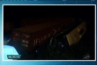 Trem de carga bate em ônibus e deixa oito feridos no Ceará - Ônibus deu uma ré e foi atingido pelo trem, que passava na hora.