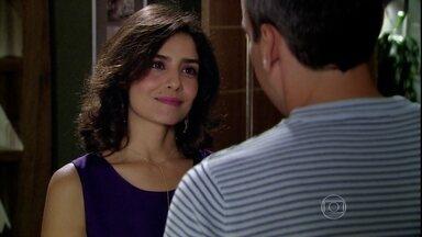 Yvone provoca Raul - O empresário confessa que sonha com as coisas que ela fala. Yvone é falsa ao conversar com Lívia