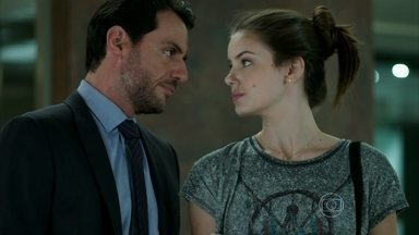 Angel enfrenta Alex - Empresário fica furioso ao saber que a jovem dormiu fora de casa e Carolina questiona a atitude do marido