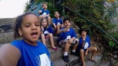 Crianças cantam 'Passa em casa' na abertura do programa - Crianças cantam na abertura do programa