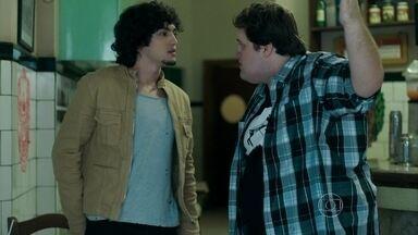 Eziel se ofende com a proposta de Guilherme - Gui tenta subornar o rapaz para descobrir a verdade sobre Angel