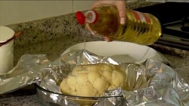 Veja como usar óleo na preparação de couve-flor - Primeiro, é colocar, rapidamente, a couve-flor na água fervendo. Depois, é só regar com óleo de soja ou de canola, e embrulhar no papel alumínio. Deixe assar por uma hora.