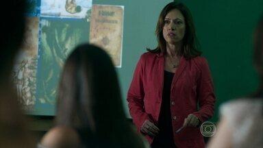 Darlene defende Eziel durante aula - Professora passa novo trabalho para os alunos
